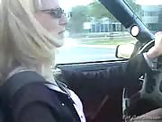Hot amateur blonde gives a quickie handjob while driving.